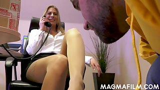 Boss descendant seduces a delivery man into having sex with her