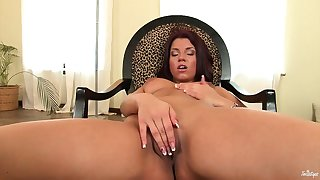 Auburn-haired beauty is concerning to show what truly gorgeuus pussy must be in a class
